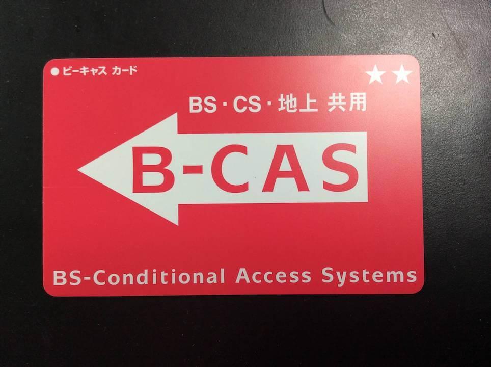 赤いB-CAsカードが黒い台紙に置かれています。